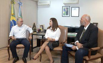 Reinaldo Azambuja (à esquerda) concedeu entrevista a Gisllane Leite e Carlos Filho para o Panorama MS. (Foto: Reprodução)