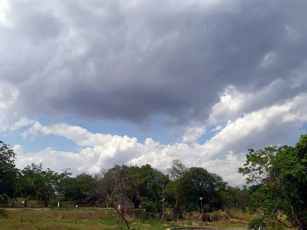 Céu de Campo Grande durante a terça-feira (15); previsão é de dia nublado com chuvas. (Foto: Humberto Marques)