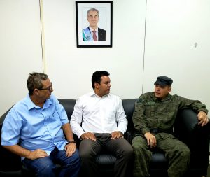 Bosco Martins, Danilo Magalhães e o tenente-coronel Vilmar Fernandes discutem detalhes do 2º Desafio Bope. (Foto: Iasmin Biolo/Fertel)